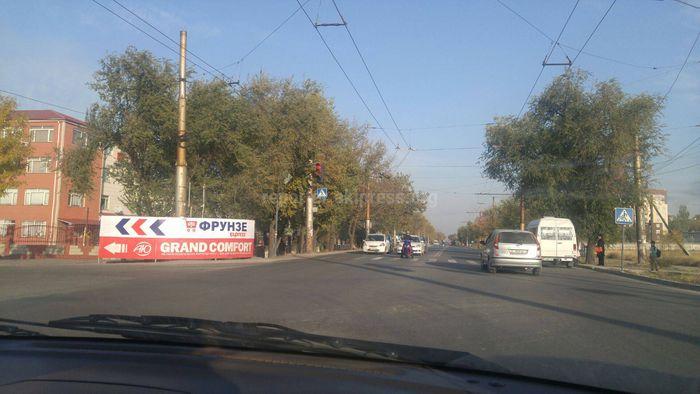 Рекламный щит на Анкара-Валиханова закрывает обзор для водителей, - бишкекчанин (фото)