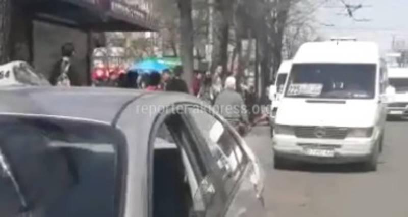 На Абдрахманова-Киевской «Ниссан» припарковался на остановке и создал пробку (видео)