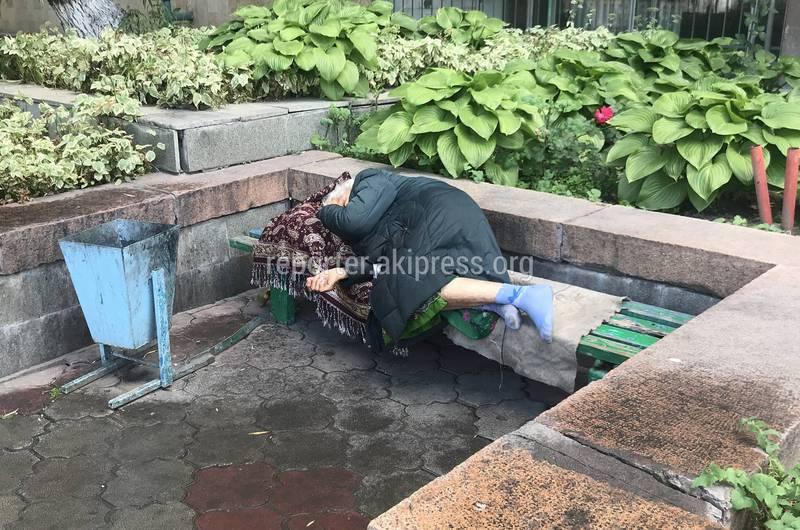 Бабушка, лежавшая возле Бишкекского почтамта, отказалась от социальной поддержки