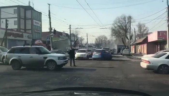 Мужчина регулировал движение на перекрестке Горького-Панфилова в Бишкеке (видео)