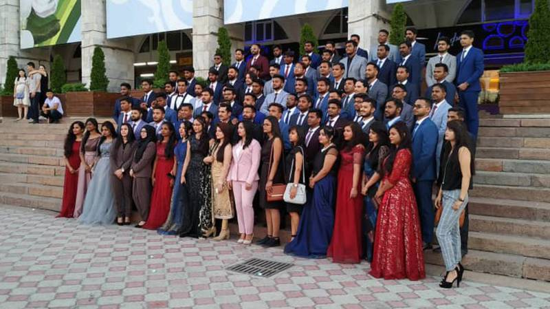 Студенты-иностранцы празднуют выпускной на площади Ала-Тоо. (видео и фото)