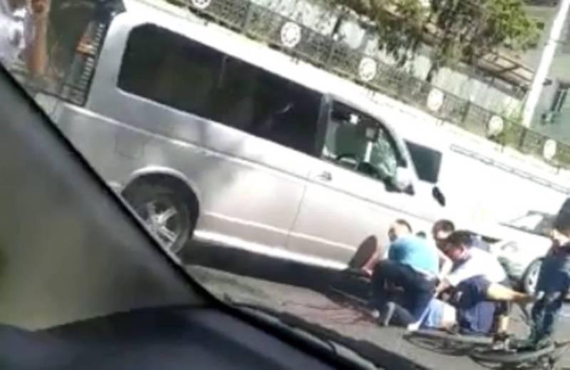 На проспекте Манаса «Хонда» сбила велосипедиста (видео)