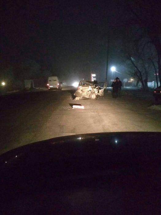 В Кара-Балте столкнулись две машины, пассажиров одной из них увезли в больницу <i>(фото)</i>