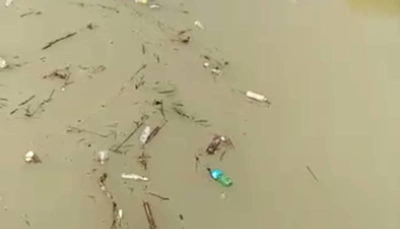 В селе Молдовановка вдоль дороги образовалась свалка мусора, которая попадает в реку (видео)