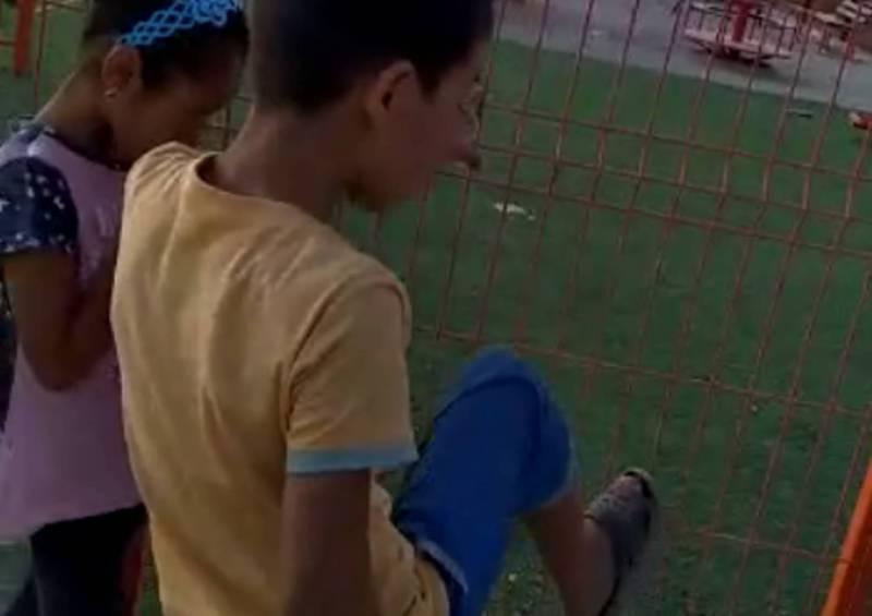 В Ак-Ордо дети попадают на игровую площадку перепрыгнув через забор (видео)