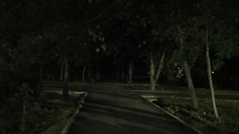 В парке «Театральный» возле ЦУМа нет уличного освещения (фото)