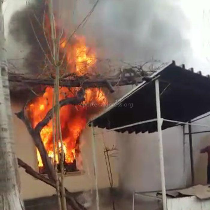 На ул.Калинина в Оше сгорел жилой дом <i>(видео)</i>