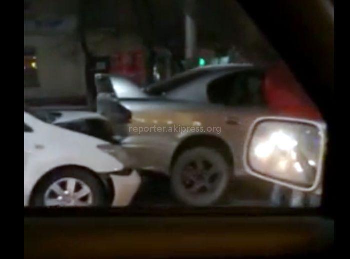 На ул.Байтик Баатыра произошло ДТП с участием 4 машин <i>(видео с места аварии)</i>