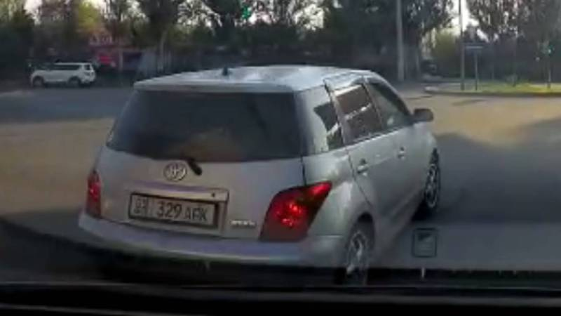 На Токомбаева - Куттубаева водитель «Тойоты» повернул со второго ряда и создал аварийную ситуацию (видео)