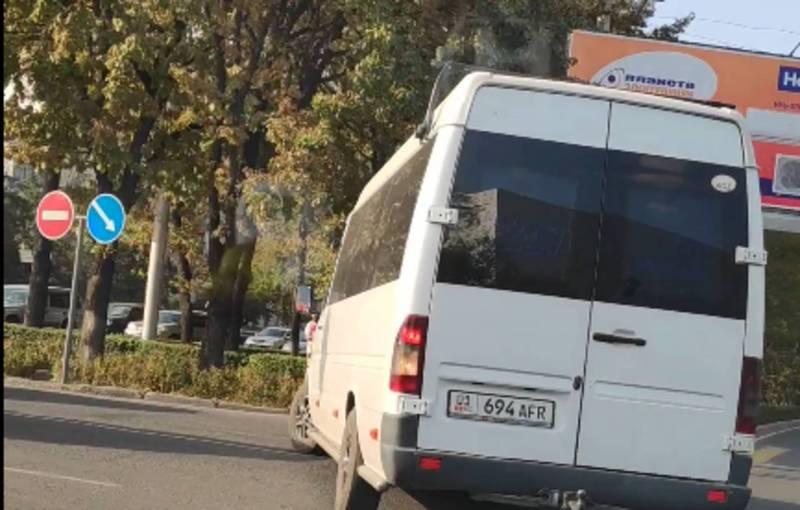 На Чуй - Ибраимова водитель «Тойоты Прадо» с дипномерами и бусик с госномером 01KG 694 AFR нарушили ПДД (видео)