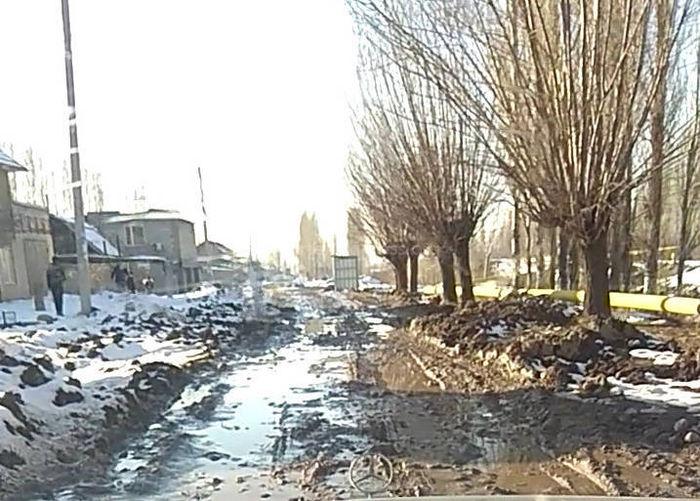 Ак-Босого конушундагы көчөлөрдүн бири унаа жүргөнгө оор болуп калган, - окурман (видео)