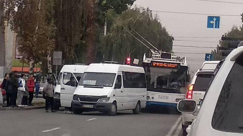 Водитель маршрутки №195, высадивший пассажира на проезжей части дороги, приглашен на заседание комиссии УГТ, - мэрия