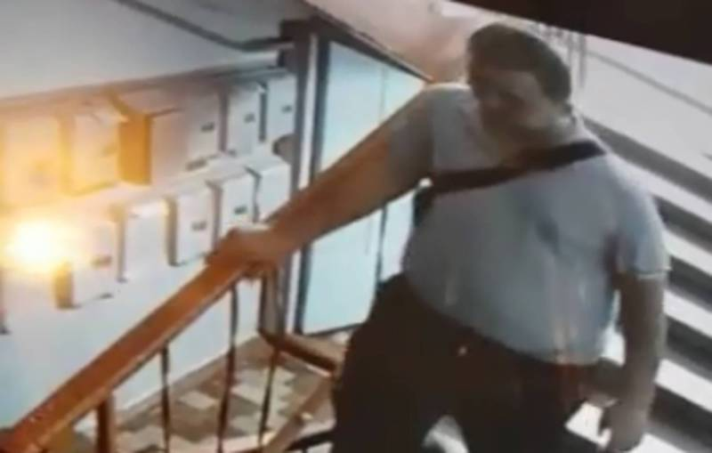 Из подъезда дома на улице Гоголя украли коляску (видео)