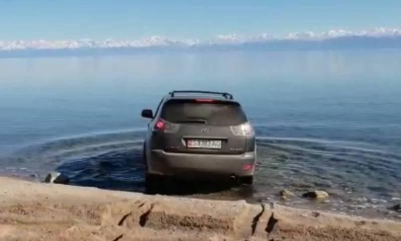 Видео — «Лексус» заехал в озеро Иссык-Куль