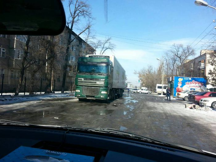 В Бишкеке на проезжей части ул.Бейшеналиевой уже сутки стоит фура, - житель (фото)