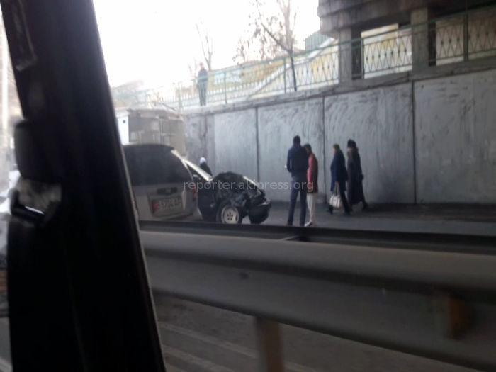 На ул.Абдрахманова в Бишкеке под мостом произошла авария (видео)