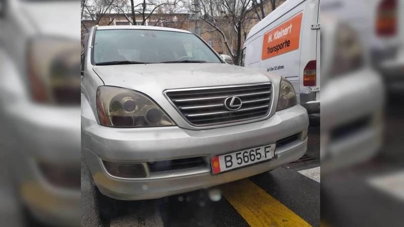 На Суеркулова-Абая водитель «Лексуса» припарковался на тротуаре