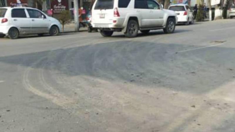 В городе Ош большегрузы оставляют за собой грязь на асфальте, - горожанин (фото)