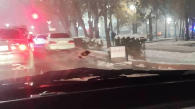На Чуй-Тыныстанова рекламный штендер установили на проезжей части дороги