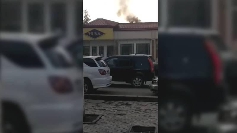 На Боконбаева-Логвиненко из трубы турецкого кафе идет густой, едкий дым (видео)