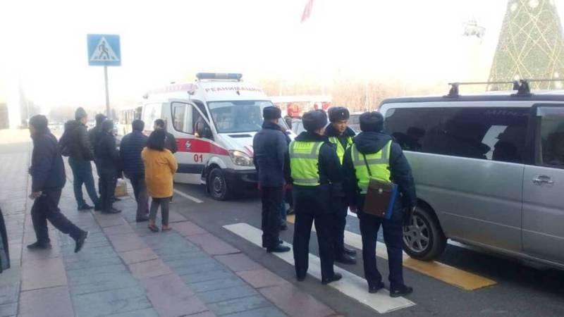 На площади Ала-Тоо автомашина сбила девушку. Фото