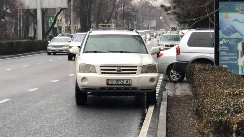 На Московской «Тойоту» припарковали на проезжей части дороги. Троллейбусам приходится объезжать ее (видео, фото)