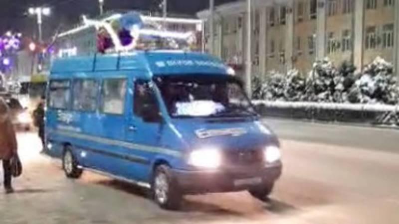 В Бишкеке начали украшать маршрутки к Новому году. Видео