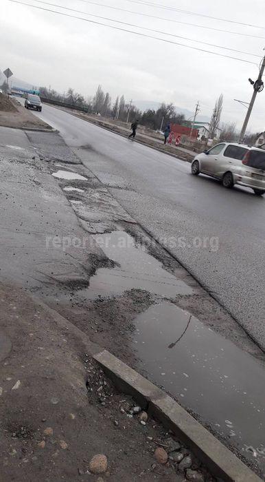 Читатель Заман сообщает о большой яме на перекрестке Малдыбаева-Суеркулова