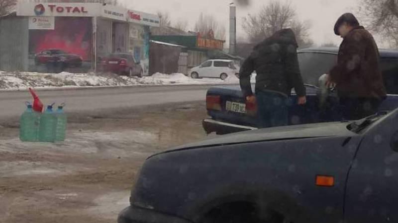 В Бишкеке вдоль дороги незаконно продают ГСМ. Фото