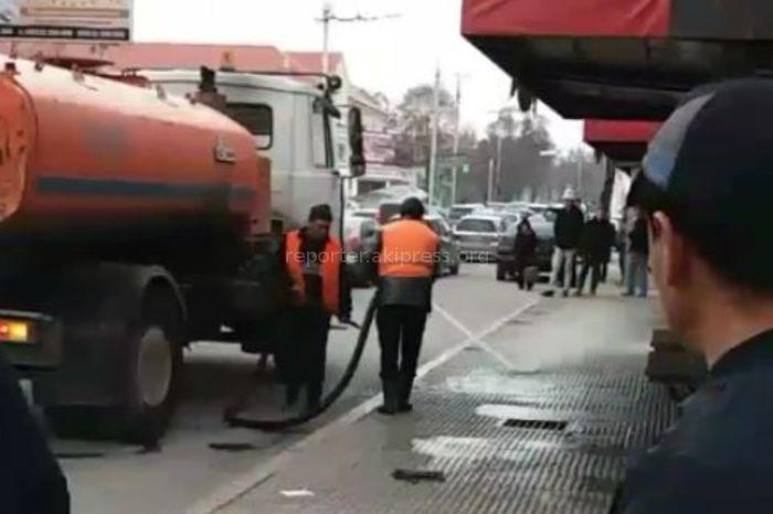 В Бишкеке городские службы моют остановки <i>(фото)</i>