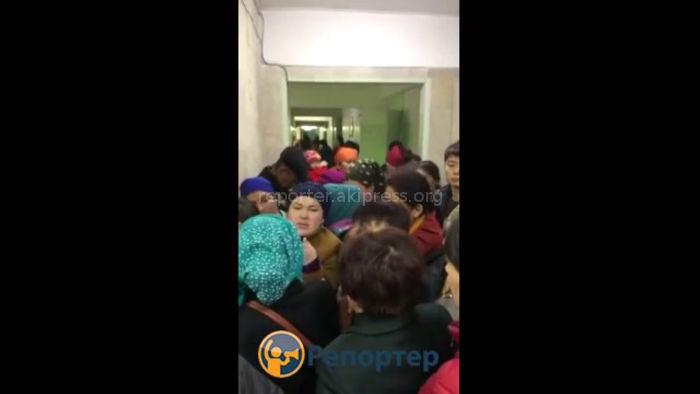 В одной из поликлиник Бишкека образовалась очередь, - очевидец (видео)