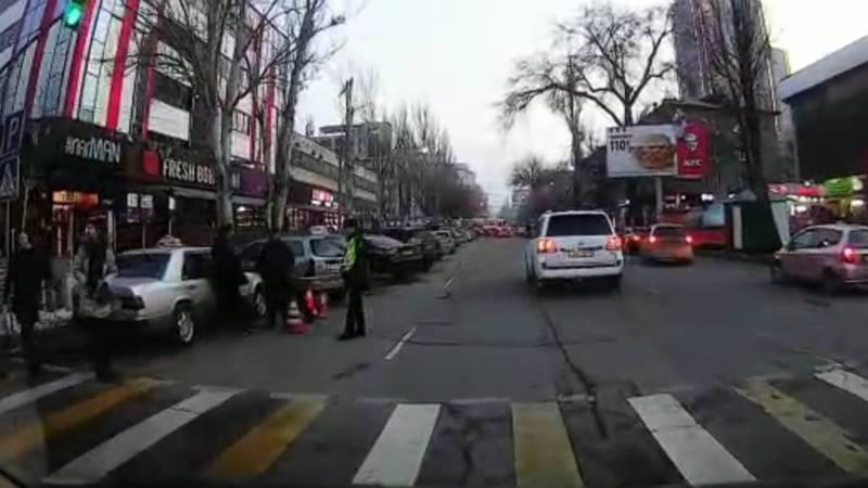 Бишкекчанин снова жалуется на бездействие инспекторов в отношении нарушителей на ул.Исанова