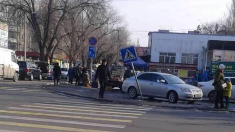 На ул.Куттубаева дорожный знак может упасть людям на голову. Фото