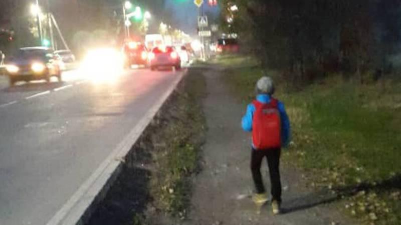 На ул.Каралаева нет тротуара, пешеходы вынуждены ходить по краю дороги (фото)