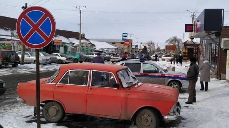 В Караколе машину МВД припарковали в неположенном месте. Фото