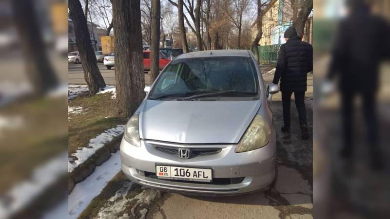 Возле Роддома №2 в Бишкеке машину припарковали на тротуаре. Фото