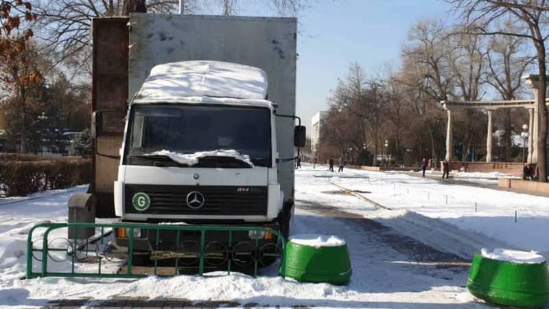 Возле памятника Курманжан Датке припаркован грузовик без номеров. Фото