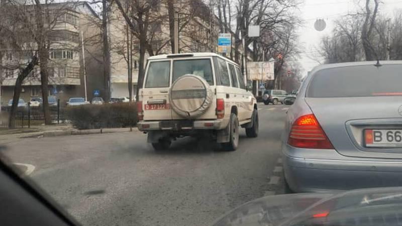 На Московской внедорожник с дипномерами ехал по встречной полосе. Фото