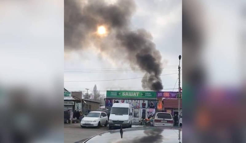 На рынке в Канте горит бургерная, огонь усиливается. Видео