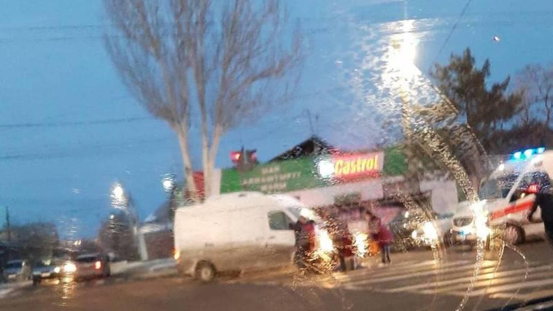 На улице Юнусалиева машина сбила женщину. Видео, фото