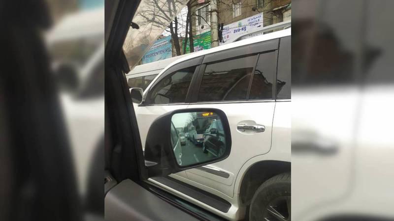 В Бишкеке был замечен полностью тонированный «Лексус». Фото