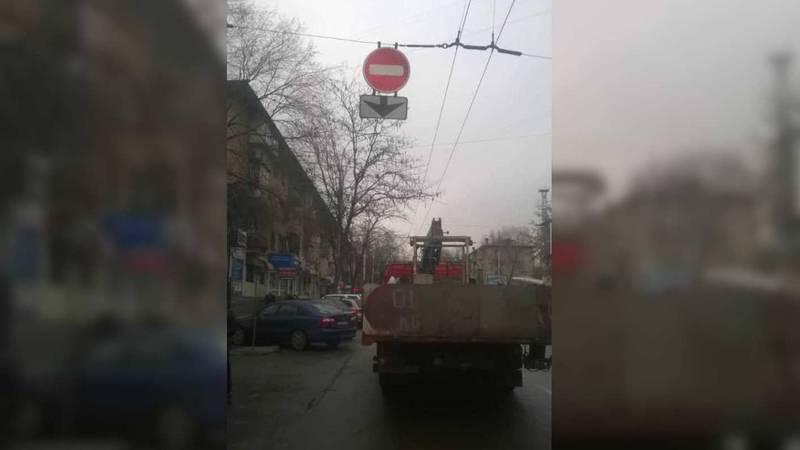 Дорожный знак на Киевской, который закрывал обзор на светофор исправлен, - мэрия