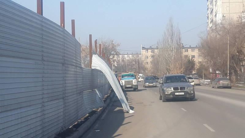 Металлический лист с ограждения на ул.Т.Айтматова в любой момент может сорваться и навредить прохожим
