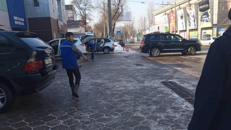 На улице Горького автомойка заняла часть тротуара. Фото