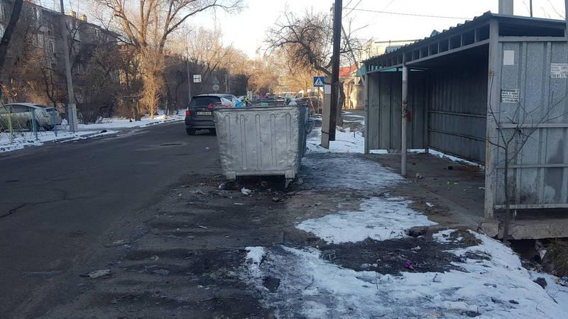 На ул.Койбагарова мусорные контейнеры стоят на проезжей части дороги. Фото