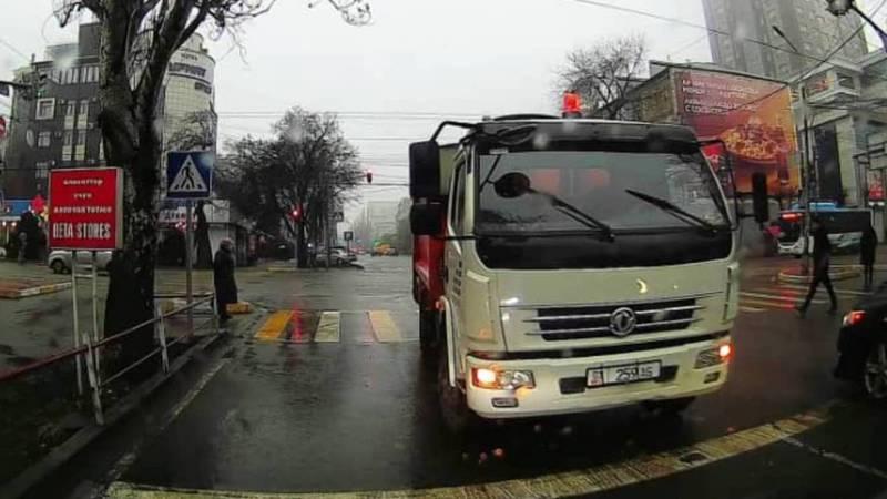 В Бишкеке водитель мусоровоза нарушил ПДД, разворачиваясь на перекрестке. Видео