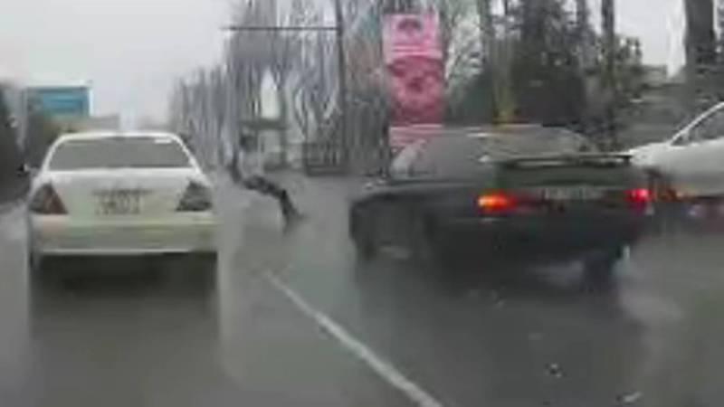 В Бишкеке парень поскользнулся и попал под колеса автомобиля. Видео