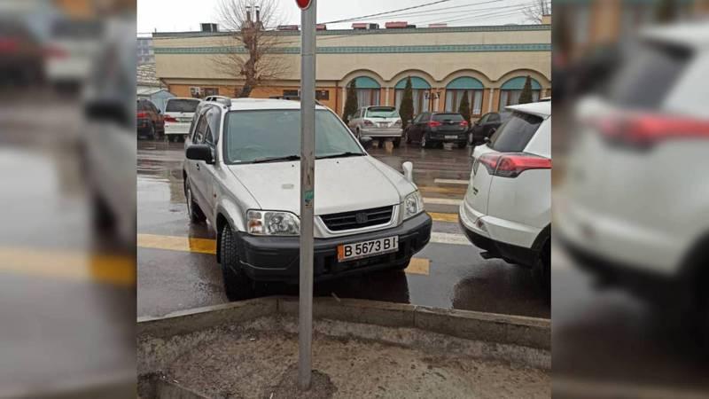 На Медерова-Тыныстанова водитель «Хонды» припарковался на «зебре». Фото