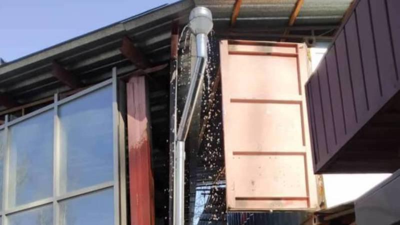 Директор рынка «Асанбай» заверил, что в течение недели будет проведен ремонт крыши, с которой течет вода