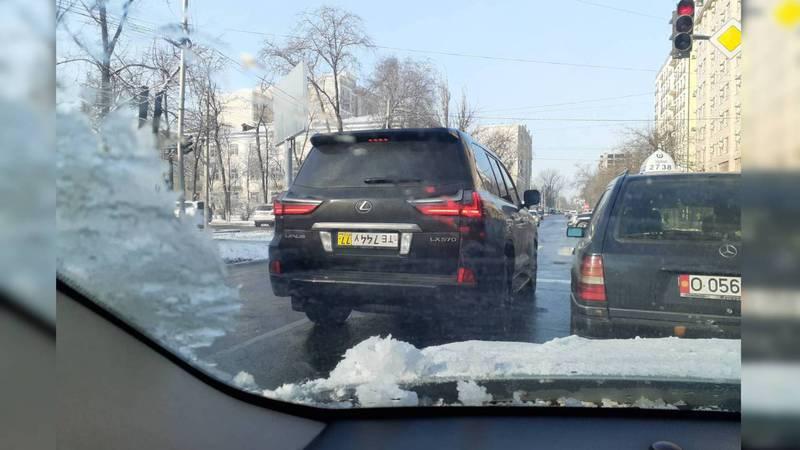 Фото — «Лексус» ездит с перевернутыми иностранными номерами